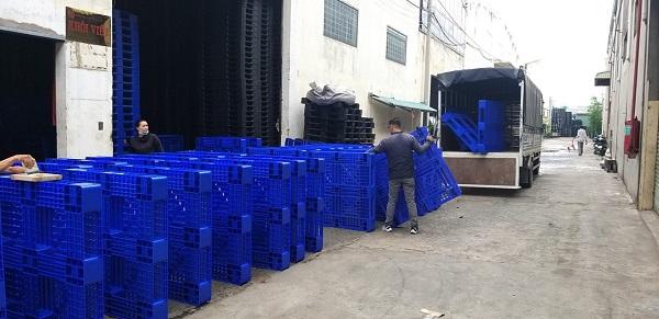 Pallet là một dụng cụ quan trọng giúp việc nâng hạ hàng hoá được thuận tiện hơn