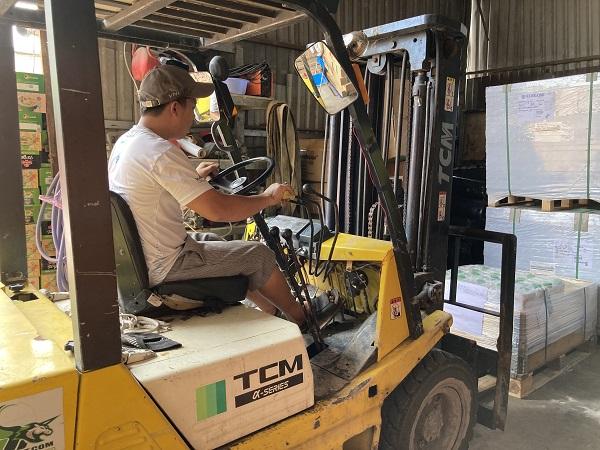 Đối với những hàng hoá nặng cần được sử dụng xe nâng để đảm bảo an toàn